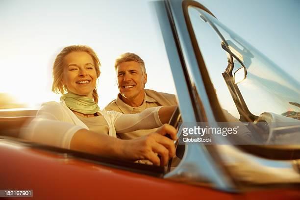 Paar ausgehen für eine lange Fahrt