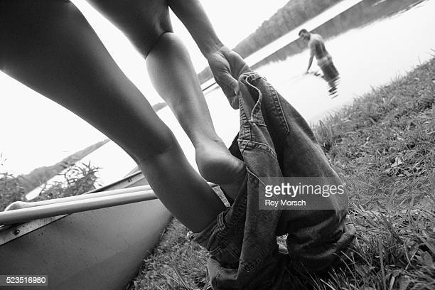 couple going skinny dipping - skinny dipping fotografías e imágenes de stock
