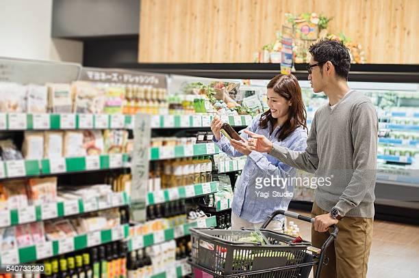 カップル食料品のショッピングには、食品市場