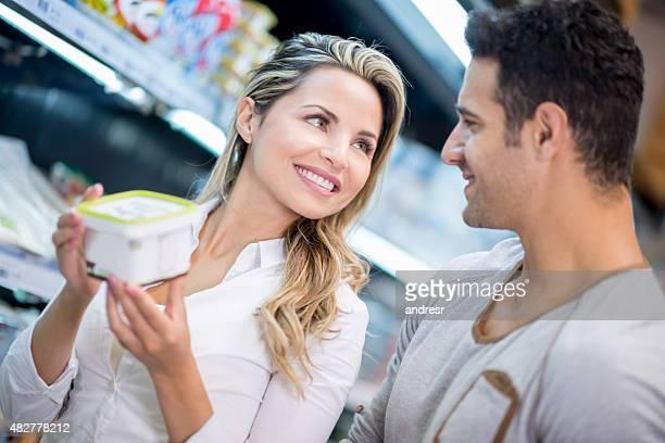 Couple shopping au supermarché d'achat de denrées alimentaires