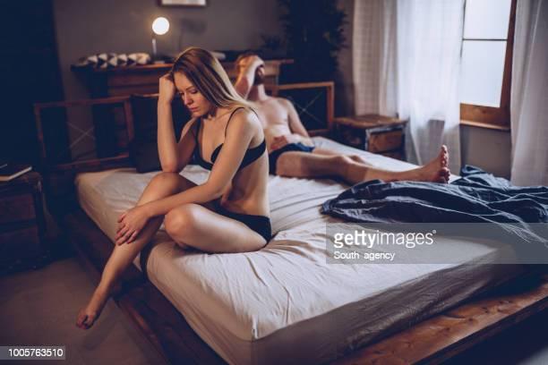 casal teve uma briga - cama de casal - fotografias e filmes do acervo