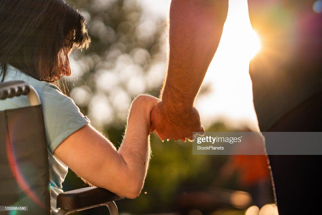 Mãos do casal durante o pôr do sol : Foto de stock