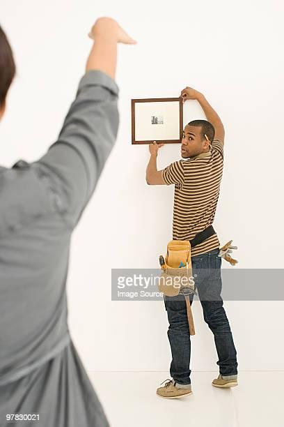 casal pendurado moldura de quadro - ajustar imagens e fotografias de stock