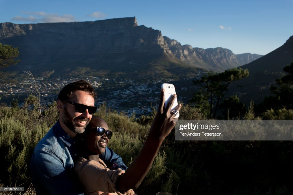 Couple on picnic in Cape Town, South Africa : News Photo