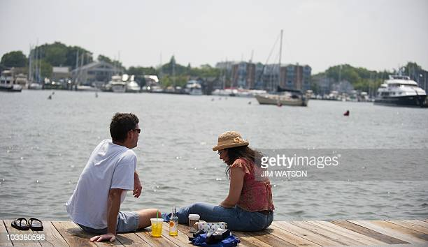 A couple has lunch on the City Dock in Annapolis MD August 12 2010 Annapolis was settled in 1649 and from 1783 to August 1784 Annapolis served as the...