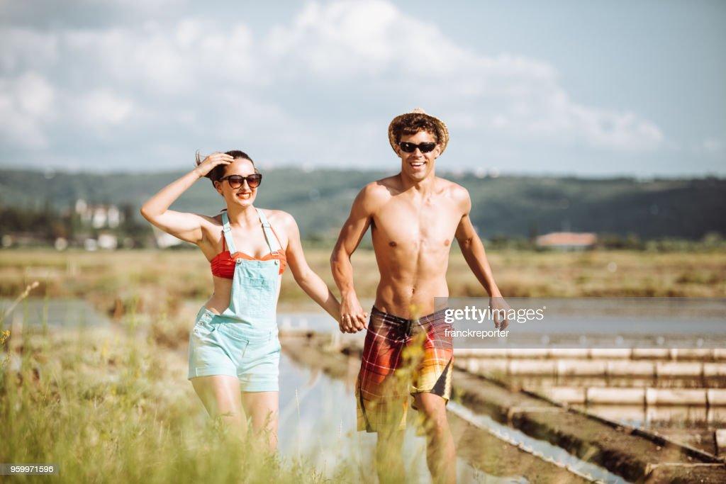 Paar hat Spaß auf dem Lande : Stock-Foto