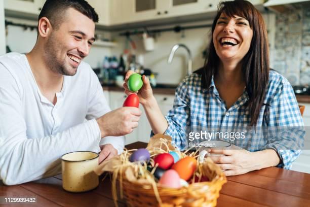 paar hat spaß am ostersonntag - ostern stock-fotos und bilder