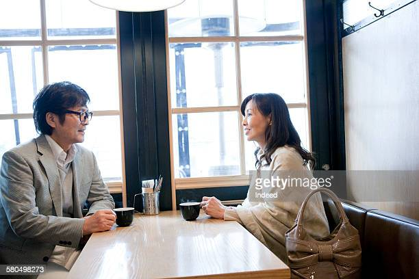 couple having a coffe at café - シンプルな暮らし ストックフォトと画像