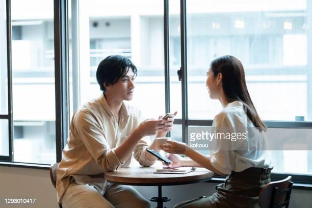 カフェで楽しい会話をしているカップル - romance ストックフォトと画像