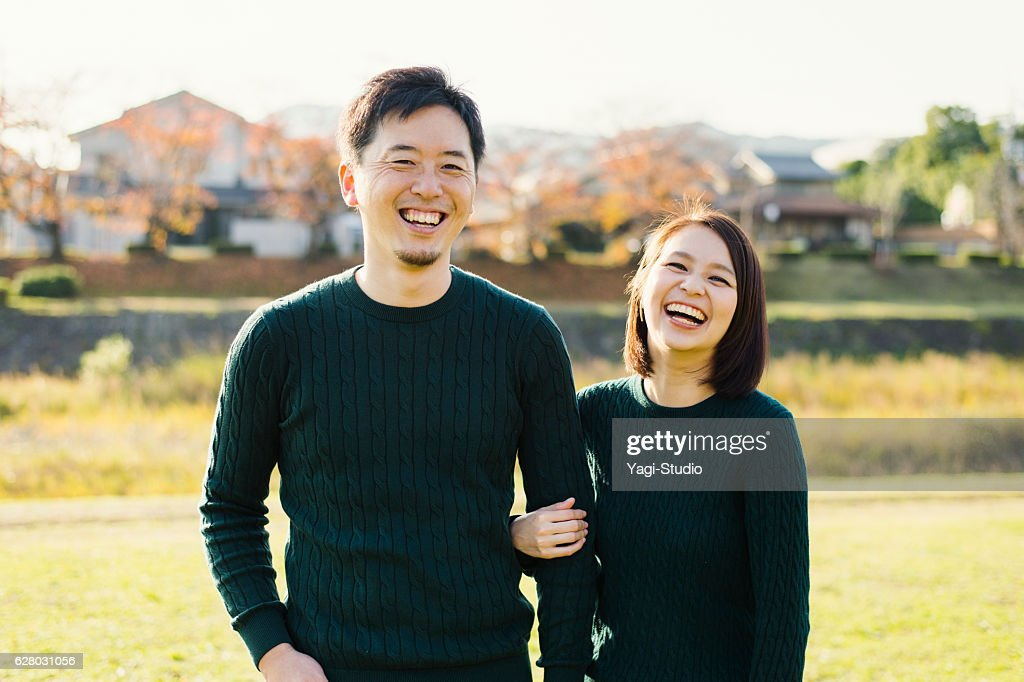 Couple having a good time in outdoors : ストックフォト