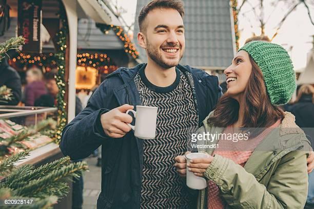 couple having a hot punch on the christmas market - cologne photos et images de collection