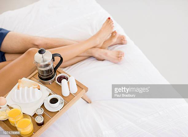 Paar mit Frühstück im Bett