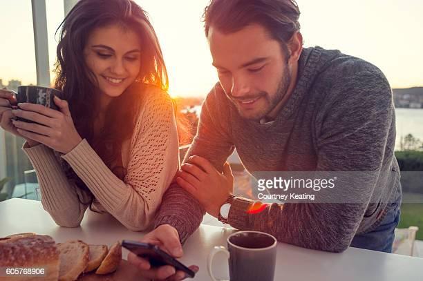 coppia durante la prima colazione. - coppia eterosessuale foto e immagini stock