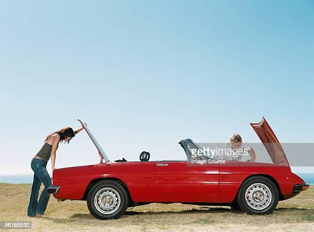 Couple ayant des problèmes de voiture