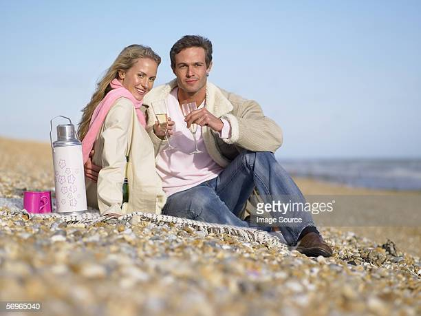 Paar mit Champagner am Strand
