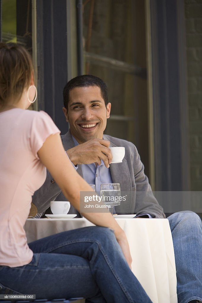Couple having coffee at outdoor cafe : Foto stock