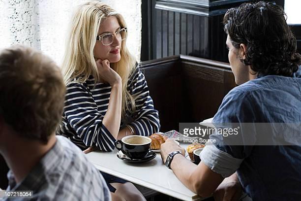 カップルがカフェでのコーヒー