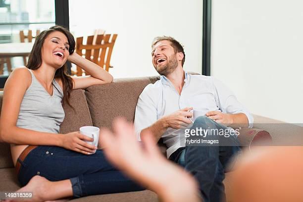Coppia avendo caffè insieme sul divano