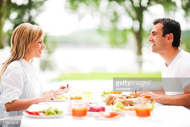 Paar mit Abendessen im Freien.