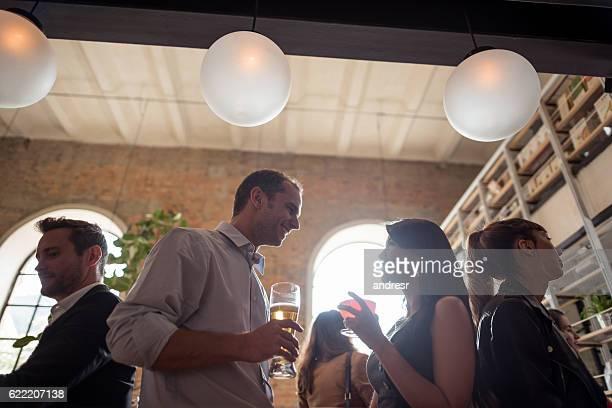 Par disfruta de bebidas en el bar