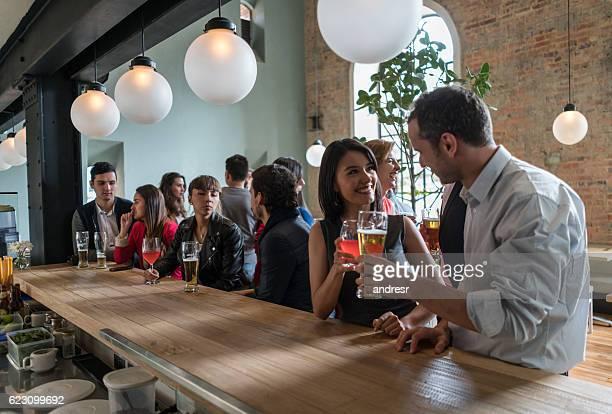 Couple ayant des boissons dans un bar