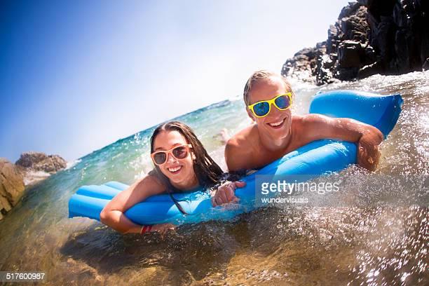 Paar, die Spaß am Strand