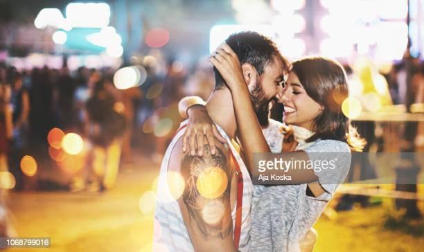 casal se divertindo no concerto. - beijar - fotografias e filmes do acervo