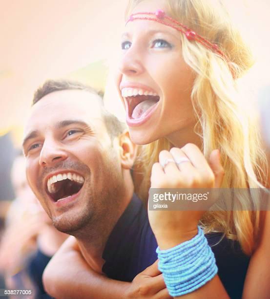 Couple s'amuser au concert.