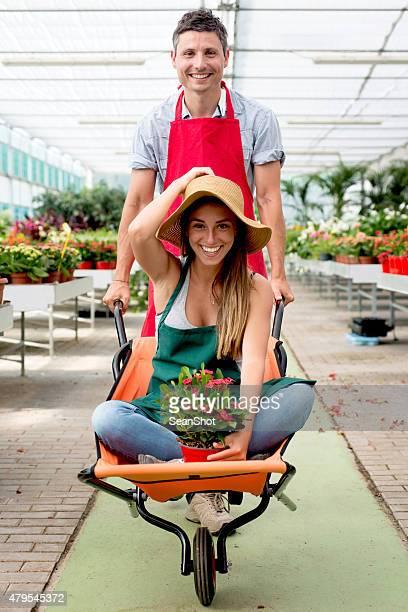 couple s'amuser dans un magasin de fleurs - jardinier humour photos et images de collection