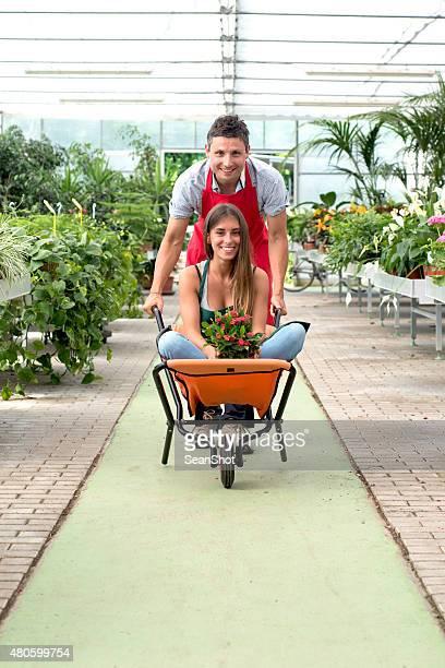 Couple s'amuser dans un magasin de fleurs