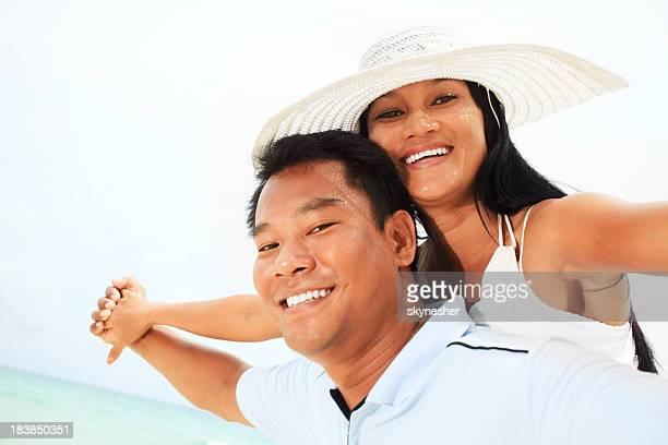 カップルは、ビーチでお楽しみください。