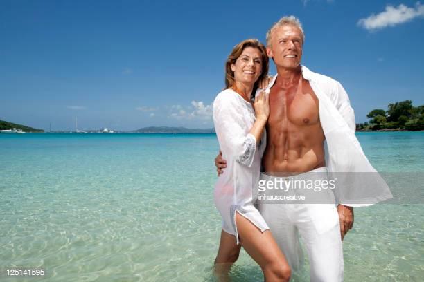 Casal tendo diversão na praia tropical de Férias