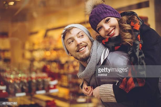 カップル屋外での冬の楽しみください。
