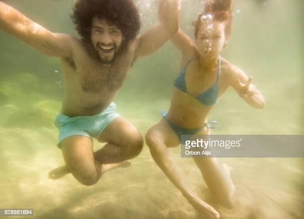 Paar Spaß unter Wasser