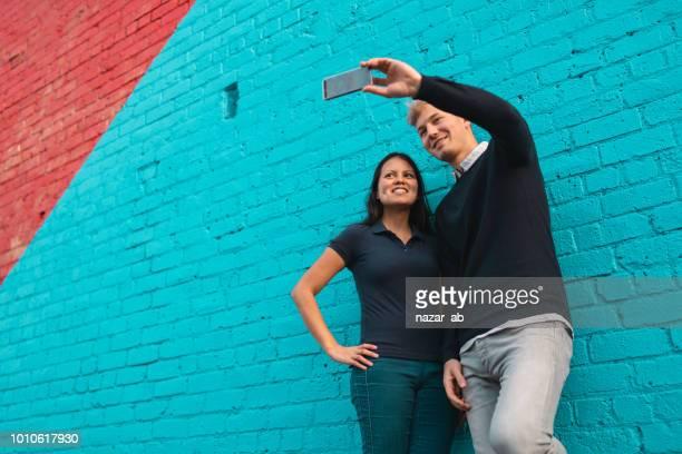 カップルは、selfie をしながら楽しい時を過します。