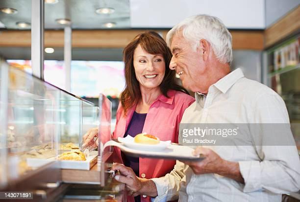 Paar mit Mittagessen im Café