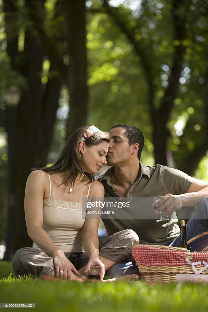 Couple having picnic in park : Foto stock