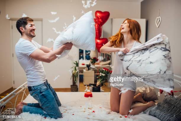 paar kussen met vechten - naughty valentine stockfoto's en -beelden