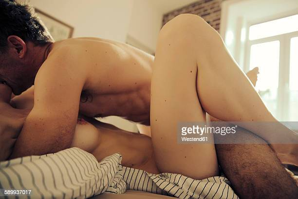 couple having sex in bed - fotos de casais fazendo amor - fotografias e filmes do acervo