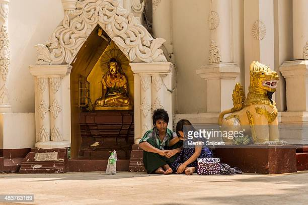 couple hiding from the sun at temple - merten snijders stock pictures, royalty-free photos & images