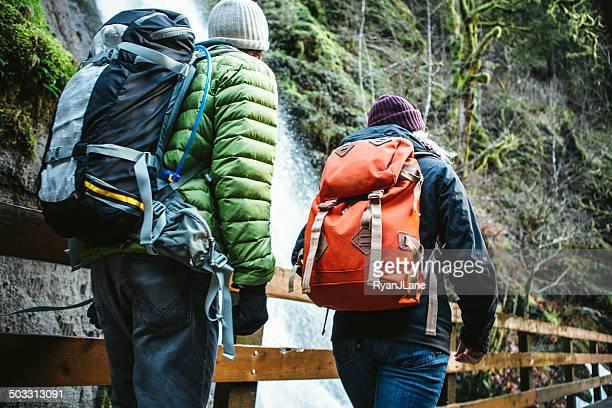 Paar Wandern im Wald Gorge