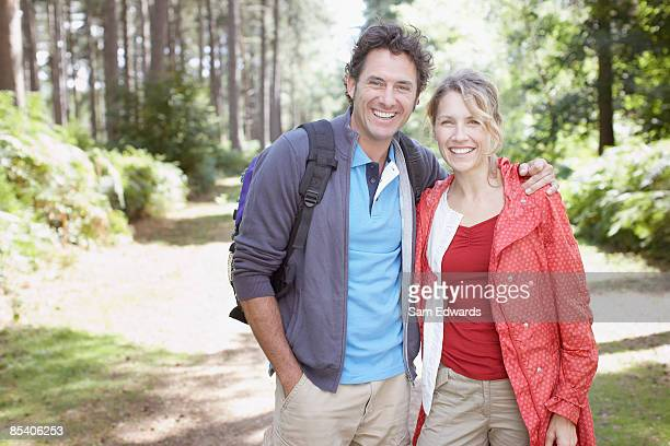 couple hiking in forest - 40 49 jaar stockfoto's en -beelden