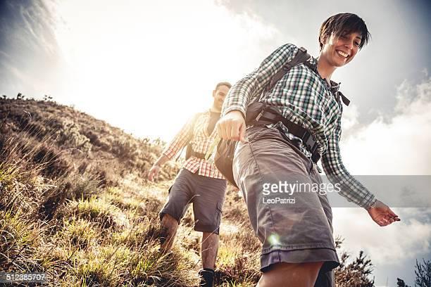 山でのハイキングのカップル