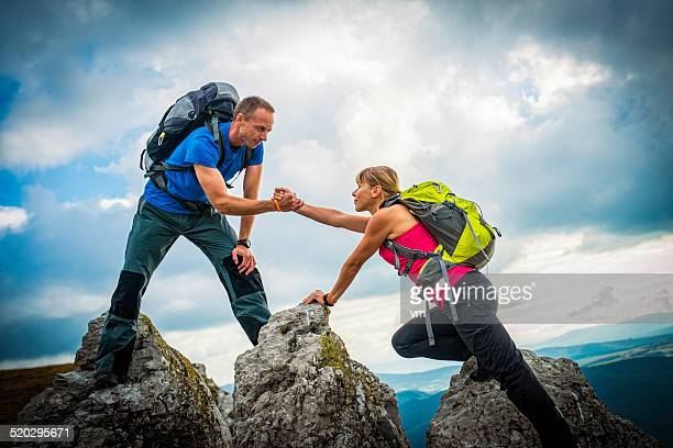 Paar Wandern in die Berge