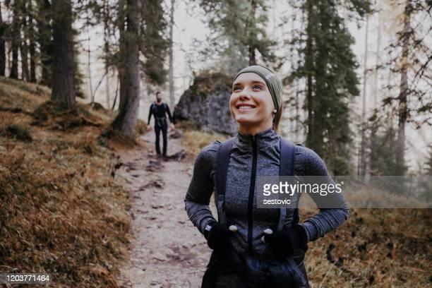paar dat in de dolomieten wandelt - wandelen lichaamsbeweging stockfoto's en -beelden