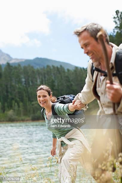 Paar Wandern in der Nähe von See in entlegenen Gegend