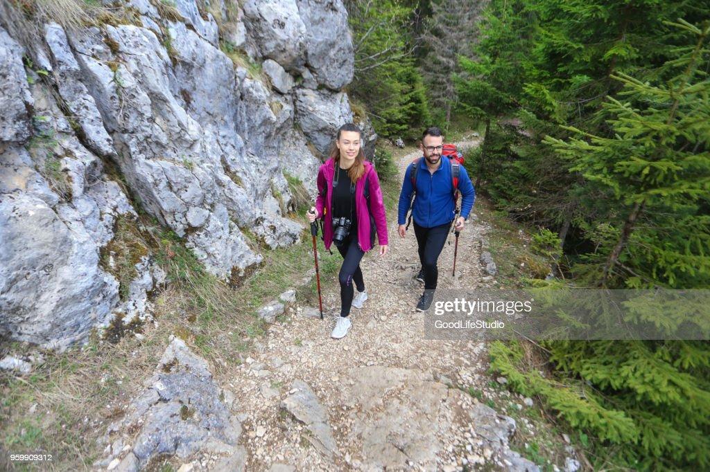Paar Wandern auf die Berge : Stock-Foto