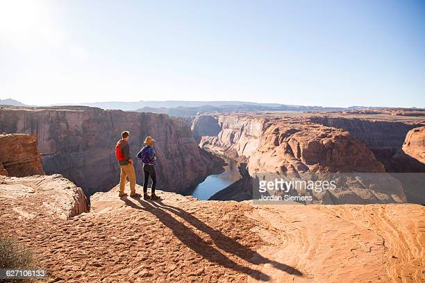 a couple hiking on the edge of a senic overlook. - 放浪願望 ストックフォトと画像