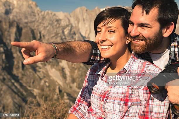 Paar Wandern auf dem Berg und Blick in die Zukunft