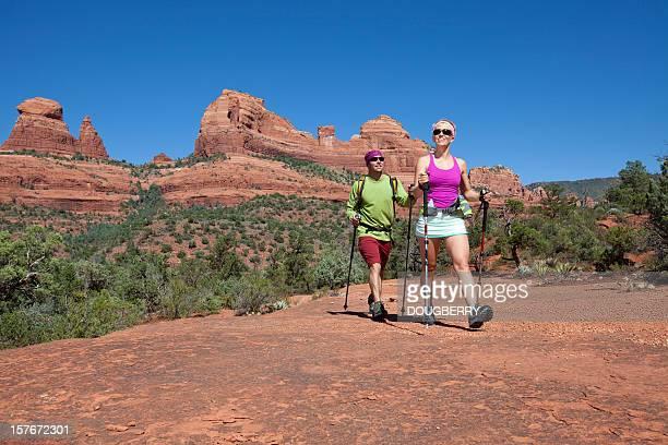 カップルのハイキング